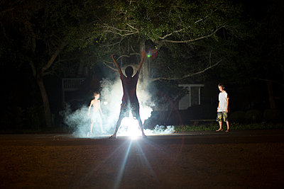 Group of boys at night on independence day; Destin; Florida; USA - p429m859909 by Raphye Alexius