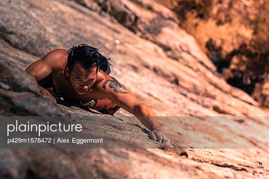 plainpicture - plainpicture p429m1578472 - Young man, sport climbing, ... - plainpicture/Cultura/Alex Eggermont
