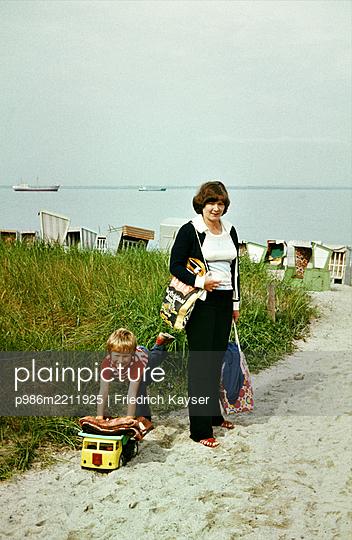 Mutter und Kind im Sommerulraub an der Ostsee DDR 1981 - p986m2211925 von Friedrich Kayser