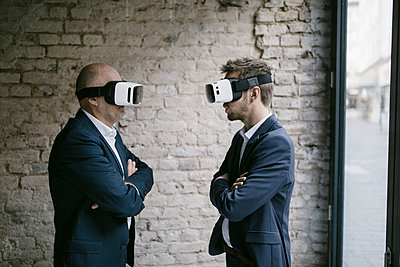 Senior and mid-adult businessman wearing VR glasses - p300m2131970 by Gustafsson