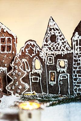 Christmas gingerbread houses - p300m2221653 by Susan Brooks-Dammann