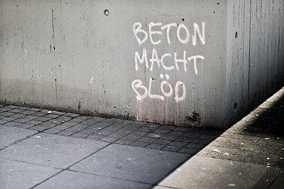 Beton macht Bloed - p979m910070 von Lobo