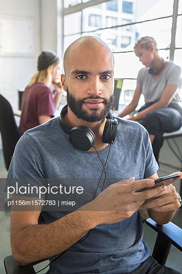 Mann mit Kopfhörern - p1156m1572783 von miep