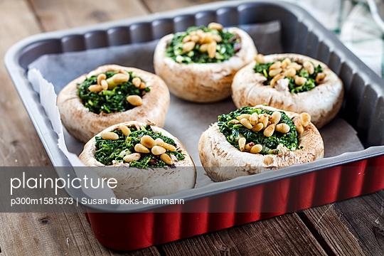 Filled champignons with spinach and feta in gratin dish - p300m1581373 von Susan Brooks-Dammann