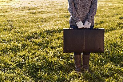 Koffer in den Händen - p2200901 von Kai Jabs