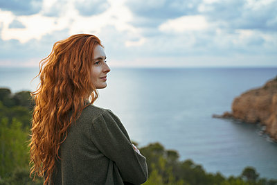 Redheaded young woman at the coast, Ibiza, Spain - p300m2159904 by VITTA GALLERY