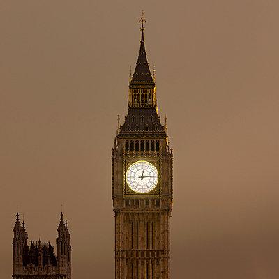 Big Ben clock tower lit up at night - p429m756373 by Alex Holland