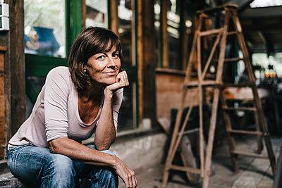 Reife Frau in einem Schuppen - p586m1178614 von Kniel Synnatzschke