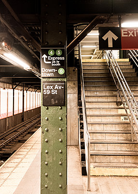 Empty underground, stairs and  signposts, shutdown due to Covid-19, New York City - p758m2183877 by L. Ajtay