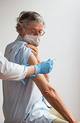 Vaccination - p1231m2260635 by Iris Loonen