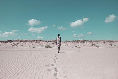 Woman in the desert - p1240m2063330 by Adeline Spengler