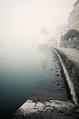 Wachturm im Nebel - p1443m1503266 von SIMON SPITZNAGEL