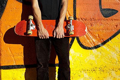 Skater mit seinem Board - p2200885 von Kai Jabs