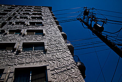 An electricity pylon next to an apartment buidling in Tokyo, Japan. - p934m1177243 by Dominic Blewett