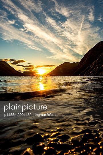 Alaska, Sunset on a mountain lake - p1455m2204482 by Ingmar Wein