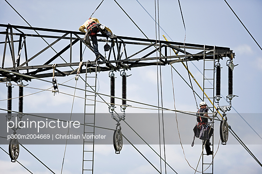 Installer during installation of high-voltage power line - p300m2004669 von Christian Vorhofer