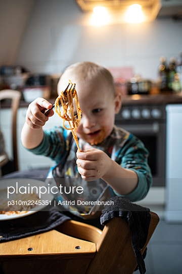 Play with food - p310m2245351 by Astrid Doerenbruch