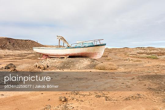 Spain, Lanzarote, A stranded boat on Island La Graciosa  - p834m2259077 by Jakob Börner