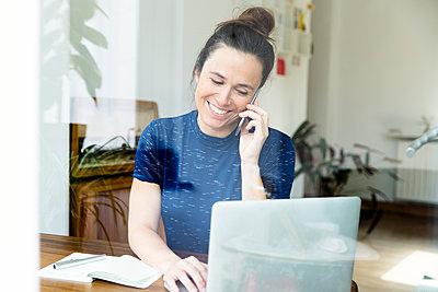 Frau im Homeoffice am Telefon - p1114m1332890 von Carina Wendland