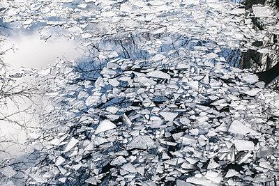 Eisschollen auf einem Fluss - p1222m1585892 von Jérome Gerull
