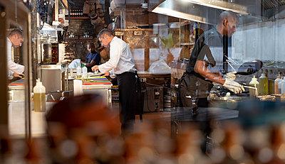 Men working in busy restaurant kitchen - p1315m2131413 by Wavebreak