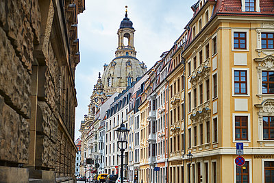 Germany, Dresden, old town, rehabilitated facades and Church of Our Lady in the background - p300m1129904f von Bernados