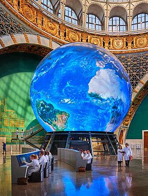 Russland, Moskau, Kosmonautenmuseum, Riesiger Globus in einem Gebäude - p390m2283944 von Frank Herfort