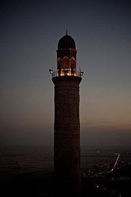 Das beleuchtete Minarett einer Moschee in Mardin bei Nacht, Türkei - p586m971406 von Kniel Synnatzschke