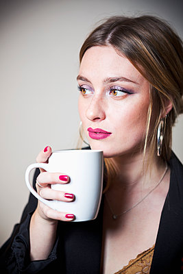 Young woman drinking coffee - p1149m2141365 by Yvonne Röder