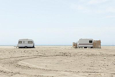 Wohnwagen am Strand - p415m698221 von Tanja Luther