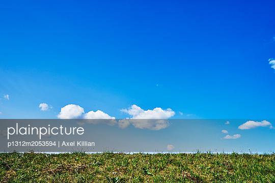Blauer Himmel - p1312m2053594 von Axel Killian