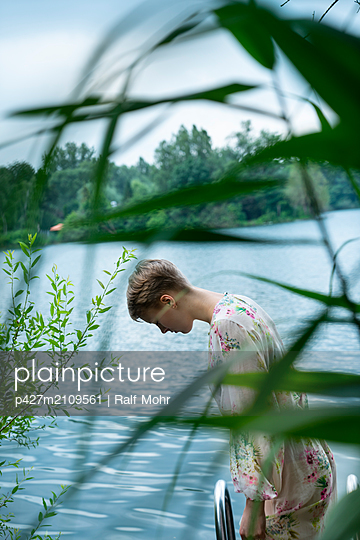 Woman by the lake - p427m2109561 by Ralf Mohr