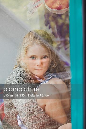 Hinter der Fensterscheibe - p904m1481133 von Stefanie Päffgen