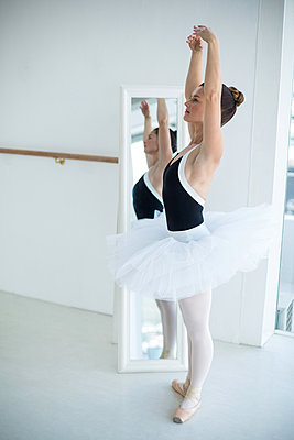 Ballerina practicing ballet dance in front of mirror - p1315m1230710 by Wavebreak