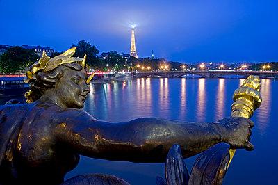 Blick auf den Eiffelturm bei Nacht - p589m1220686 von Thierry Beauvir