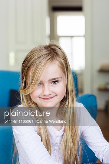 Mädchen grinst in die Kamera - p1114m1165961 von Carina Wendland