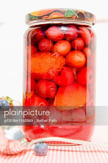 Glas mit rote Früchten und Beeren, Eingemachtes, Eingelegtes, Selbstgemachtes - p1316m1160569 von Bethel Fath