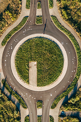 Businessman in roundabout with scattered papers - p300m1205006 by Kniel Synnatzschke