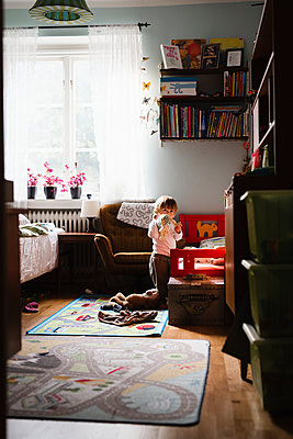 Toddler playing at home - p312m2091975 by Anna Johnsson