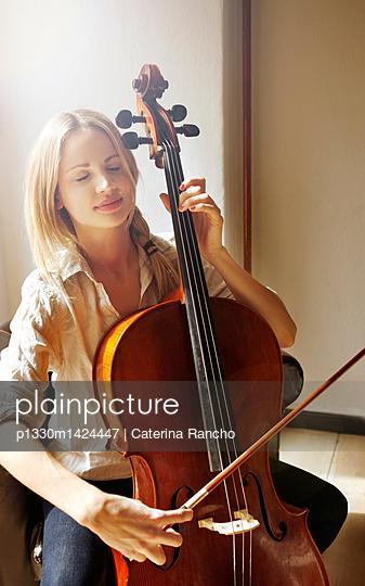 Frau mit Cello - p1330m1424447 von Caterina Rancho