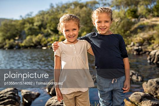 Zwei Mädchen am Seeufer - p1355m1574092 von Tomasrodriguez