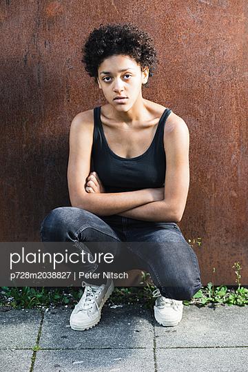 Weiblicher Teenager - p728m2038827 von Peter Nitsch