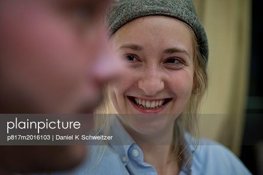 Lächelnde junge Frau - p817m2016103 von Daniel K Schweitzer