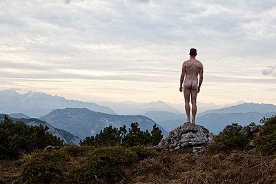 Nackter Mann im Gebirge blickt in die Ferne - p1383m1537767 von Wolfgang Steiner