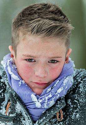 Porträt eines weinenden Jungen - p1437m1502329 von Achim Bunz