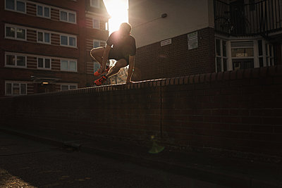 Urban Running in London East End - p1477m2038918 by rainandsalt