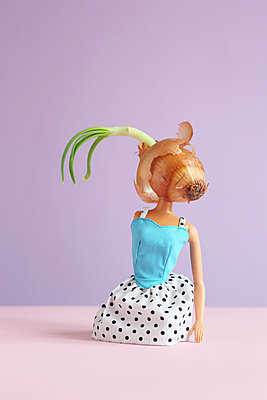 Body of barbie doll with onion head - p237m2283832 by Thordis Rüggeberg