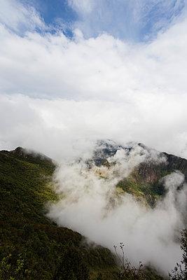 Machu Picchu in Wolken gehüllt - p590m1225722 von Philippe Dureuil