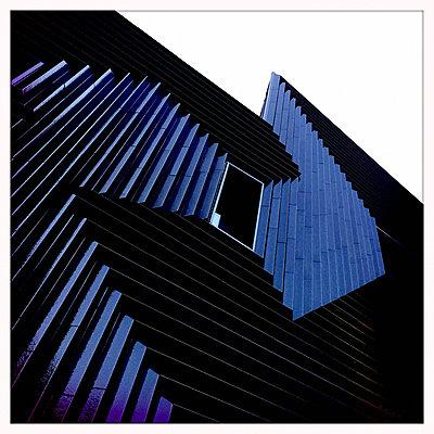 blaue Fassade - p979m1220417 von Ulrike Schacht