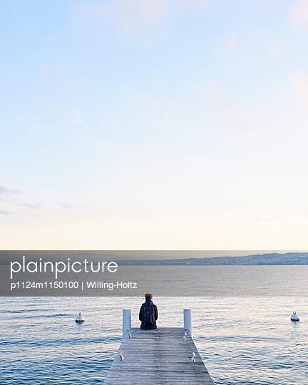 Frau sitzt auf einem Steg am Genfer See - p1124m1150100 von Willing-Holtz